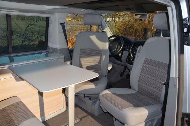 Umbau zur Sitzgruppe durch Drehen des Fahrer- und Beifahrersitzes. Es entsteht eine perfekte Camping Essgelegenheit.