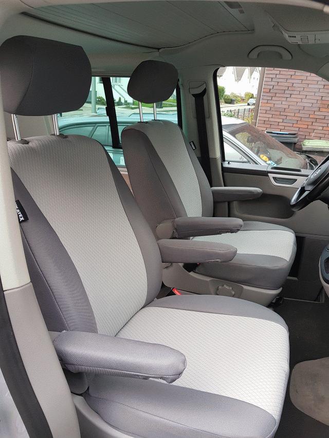 Fahrer- und Beifahrersitz mit Ukatexbezügen.