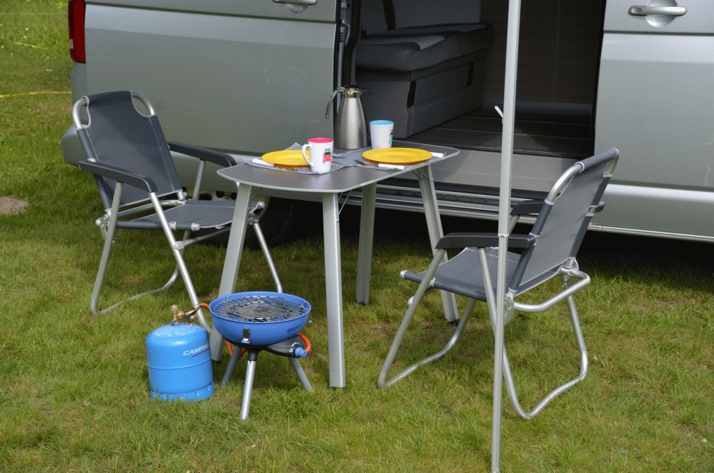 Campingtisch, Campingstühle, Grill, Gasflasche, Geschirr. Vollständige Campingausstattung wird mit vermietet.