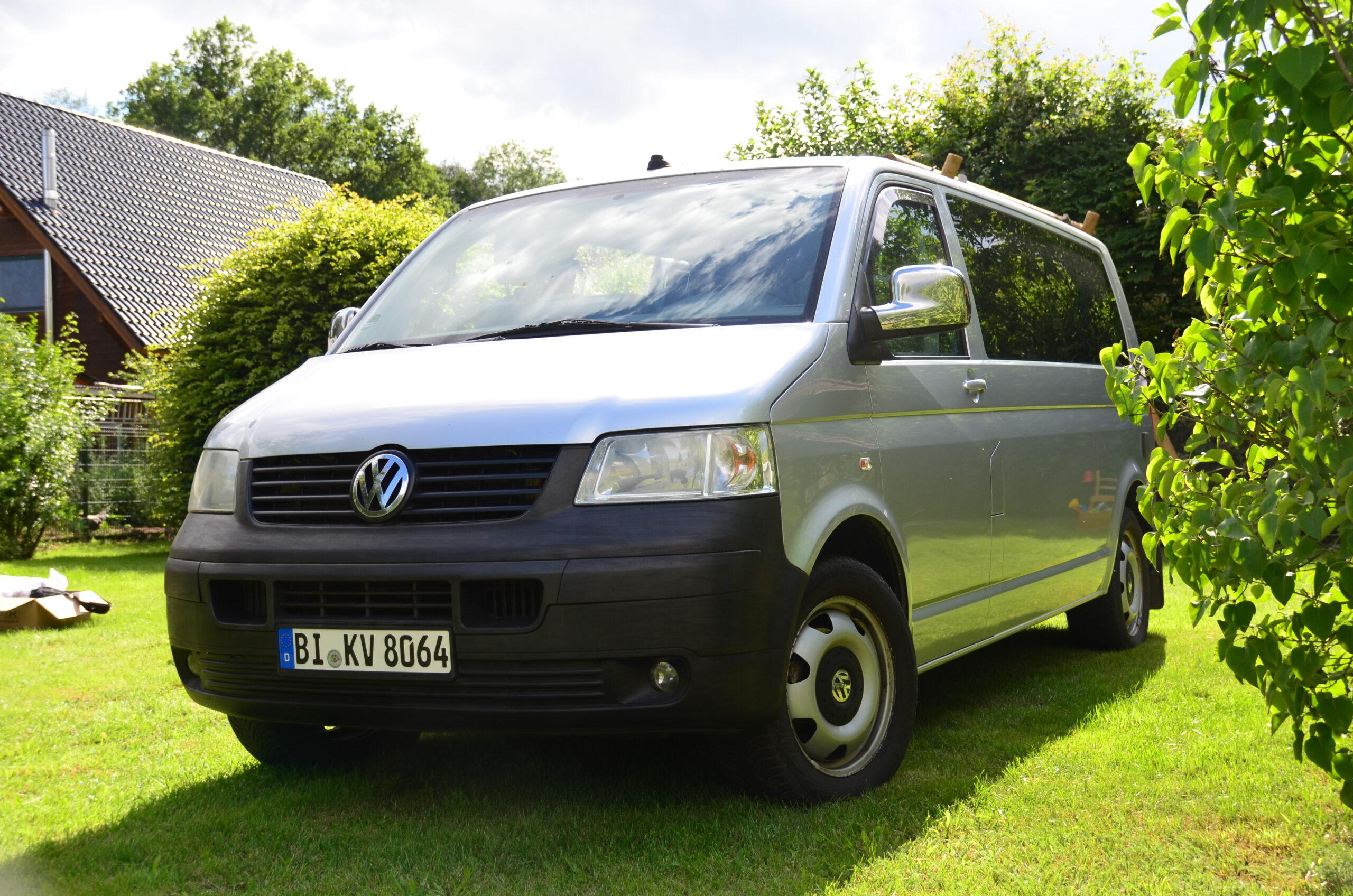 Unser Wohnmobil Le Bulli 3 kann man in Bielefeld mieten. Hier steht er in der Frontalansicht auf einem Campingplatz.